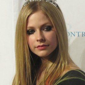 Η συγκλονιστική εξομολόγηση της Avril Lavigne: «Νόμιζα πως πεθαίνω»