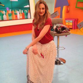 Η Αλέκα Καμηλά φοράει την τέλεια μάξι φούστα που κοστίζει κάτω από 30 ευρώ