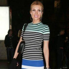 Δείτε τι φόρεσαν οι celebrities που βρέθηκαν στην πρεμιέρα της παράστασης που πρωταγωνιστεί ο Νίκος Μουτσινάς