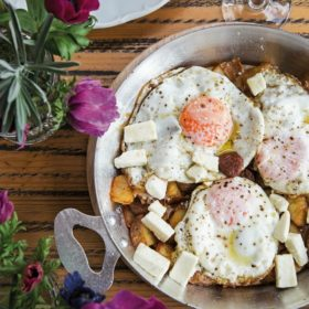 Αυγά με πατάτες και λουκάνικο: Εσείς μπορείτε να αντισταθείτε σ' αυτό το πιάτο;