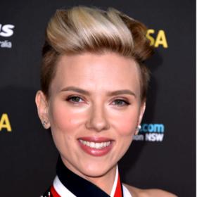 Η Scarlett Johansson έκανε την ανατροπή με τα μαλλιά της