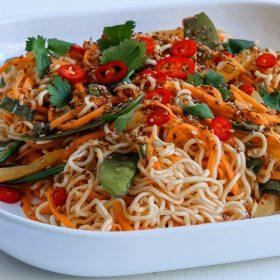 Noodles με τσιλι και mange-tout