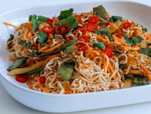 Noodles me tsili kai mange-tout