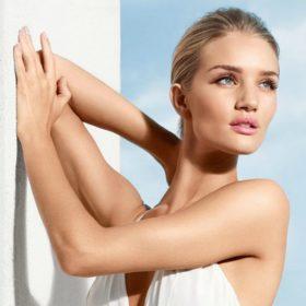 ΗRosie Huntington-Whiteley πόζαρεχωρίς ρούχα για μεγάλο περιοδικό