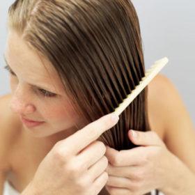 Stop! Έτσι πρέπει να βουρτσίζετε τα μαλλιά σας