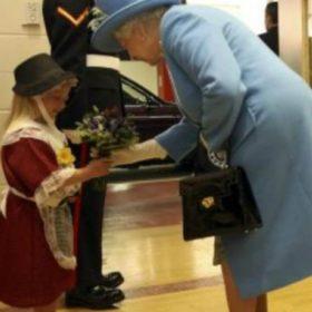 Άτυχη στιγμή: Δείτε το κοριτσάκι που έφαγε σφαλιάρα για χάρη της βασίλισσας Ελισάβετ