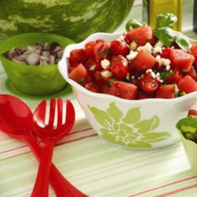 Σαλάτα με καρπούζι και φέτα: Το απόλυτο καλοκαιρινό πιάτο- σύμμαχος στη δίαιτά σας