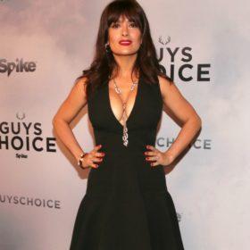 Salma Hayek: Να πώς διατηρεί τις άψογες αναλογίες της η μικροσκοπική καλλονή με τις sexy καμπύλες