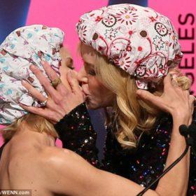 Nicole Kidman-Naomi Watts: Το καυτό φιλί στο στόμα μπροστά στο κοινό και οι αντιδράσεις των συντρόφων τους