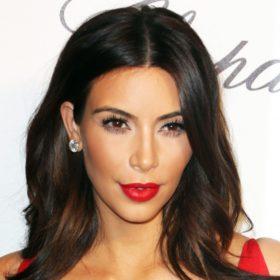 Η Kim Kardashian βάζει μεικάπ ακόμα και…