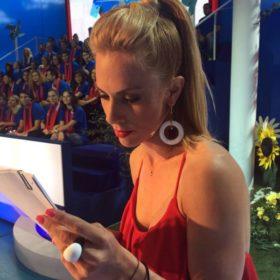 Διαβάστε όλες τις λεπτομέρειες για το look της Ντορέττας Παπαδημητρίου στο «Ελλάδα σ' αγαπώ»