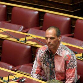 Ο Βαρουφάκης… φοριέται πολύ: Ο πρώην υπουργός απέκτησε τη δική του σειρά ρούχων «I love Yianis Varoufakis»