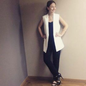 Ένα κορίτσι του InStyle φοράει το πιο ωραίο, ασπρόμαυρο σύνολο για το γραφείο
