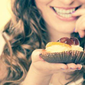 Πώς μπορούμε να απολαμβάνουμε γλυκά χωρίς να παίρνουμε κιλά;