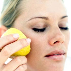 Μας ρωτήσατε: Τελικά μπορώ να χρησιμοποιήσω λεμόνι για τις κηλίδες στο πρόσωπό μου;