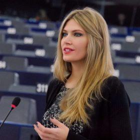 Η Εύα Καϊλή πάντρεψε την αδερφή της: Δείτε την εντυπωσιακή Μανταλένα ντυμένη νυφούλα