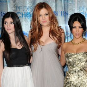 Video: Δείτε τη δραματική αλλαγή στην εμφάνιση των αδελφών Kardashian επί της οθόνης