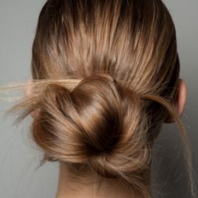 Ζεσταθήκατε; Δείτε 7 τρόπους για να πιάσετε τα μαλλιά σας
