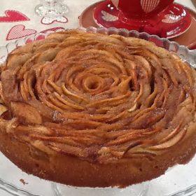 Κέικ τριαντάφυλλο με μήλα και κανέλα