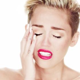 Ouch! H Miley Cyrus είχε το χειρότερο ατύχημα στο μακιγιάζ
