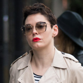 Χμμμ… Τι συμβαίνει με την Rose McGowan; Γιατί έκανε αυτό στο κεφάλι της;