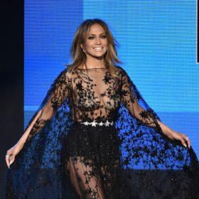 Jennifer Lopez: Δείτε τις εμφανίσεις της στα American Music Awards, που ενθουσίασαν το κοινό