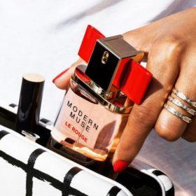 Modern Muse Le Rouge: Η μοντέρνα μούσα της Estée Lauder έγινε ακαταμάχητη