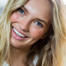 Μπορεί ο κουρκουμάς να κάνει τα δόντια σας λευκά; Πώς να τον χρησιμοποιήσετε για να αποκτήσετε λαμπερό χαμόγελο