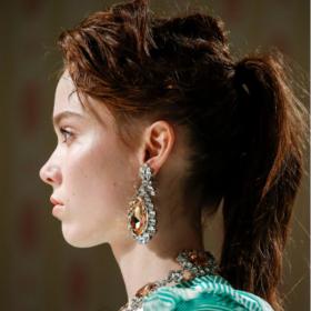 Xmas Hair: Τι αλογοουρά να ζητήσετε από τον κομμωτή σας