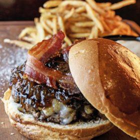 Το Kitty Cat, το alternative club της πόλης, μας δίνει τη συνταγή για το λαχταριστό του burger