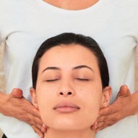 Facial Μassage: Αυτό είναι το μυστικό για τέλειο δέρμα και σας εξηγούμε πως να το κανετε