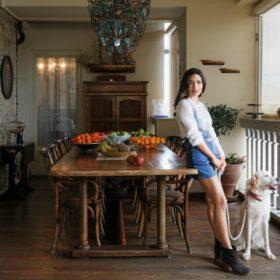 Zina G: Φωτογραφίσαμε την όμορφη σχεδιάστρια στο εντυπωσιακό σπίτι της στην Καστέλλα