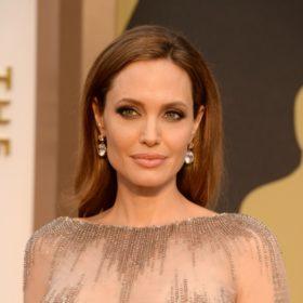 Angelina Jolie: Η selfie της με πρόσφυγα στο λιμάνι του Πειραιά