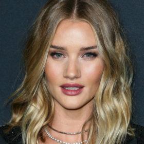 Η Rosie Huntington-Whiteley μας δείχνει τον πιο εύκολο τρόπο για την τέλεια γραμμή eyeliner