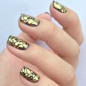 Αλουμινόχαρτο στα νύχια; Κι όμως, αυτή είναι η νέα τάση στο μανικιούρ!