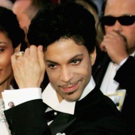 Style icon: Θυμόμαστε τις πιο ξεχωριστές εμφανίσεις του Prince