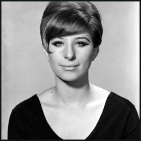 Barbra Streisand: Η κορυφαία καλλιτέχνης που έκανε όλα τα «ελαττώματά» της προτερήματα έγινε 75 ετών (πόσο;)