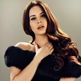 Η Lana Del Rey κάνει το μακιγιάζ της με μόνο ένα μολύβι φρυδιών!