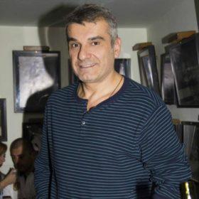 Κώστας Αποστολάκης: Δείτε τον να ποζάρει με την αδερφή του σε σπάνια εμφάνιση