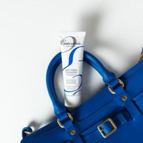 Ένα προϊόν, πολλές χρήσεις: Ανακαλύψαμε το καλλυντικό που δεν πρέπει να λείπει από την τσάντα σας