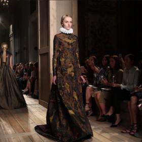Το ιδιαίτερο χτένισμα στο Haute Couture show του οίκου Valentino μας έχει ενθουσιάσει!