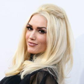 Hair Makeover: Δεν θα μπορείτε να αναγνωρίσετε την Gwen Stefani με καστανά, σγουρά μαλλιά!