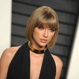 Μας ρωτήσατε: Πώς μπορώ να διατηρήσω την επιδερμίδα μου αψεγάδιαστη το καλοκαίρι, όπως η Taylor Swift;