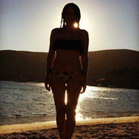 Πασίγνωστη Ελληνίδα ηθοποιός ποζάρει στα 47 της με σέξι μπικίνι και «κόβει» την ανάσα!