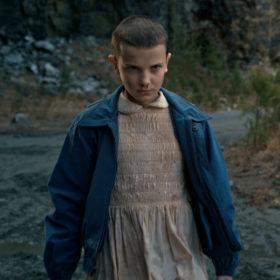 """Δείτε την πρωταγωνίστρια του Stranger Things να ξυρίζει το κεφάλι της για να μεταμορφωθεί σε """"Eleven"""""""