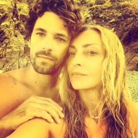 Ο Αποστόλης Τότσικας και η Ρούλα Ρέβη έχουν επέτειο: Δείτε τη φωτογράφηση που τους «έκανε ζευγάρι»