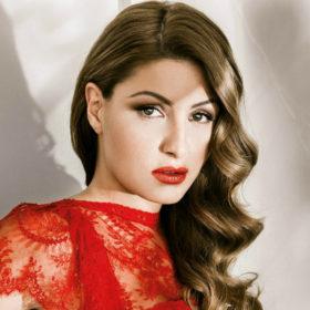 Η Έλενα Παπαρίζουν επέλεξε το πιο εντυπωσιακό look για τον τελικό του The Voice
