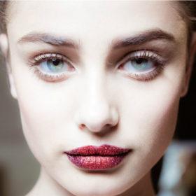 Glitter Lips: Η νέα τάση στο μακιγιάζ που έχουμε λατρέψει