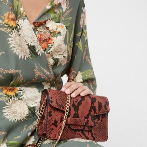 Shop it! 6+1 super stylish και οικονομικές τσάντες από τα Mango για όλα τα  χειμερινά σας looks be83e25d12e