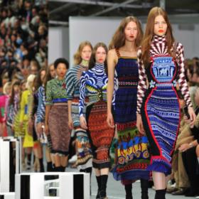 Γιατί η συλλογή της Μαίρης Κατράντζου στο London Fashion Week είναι η καλύτερη διαφήμιση για τον ελληνικό πολιτισμό